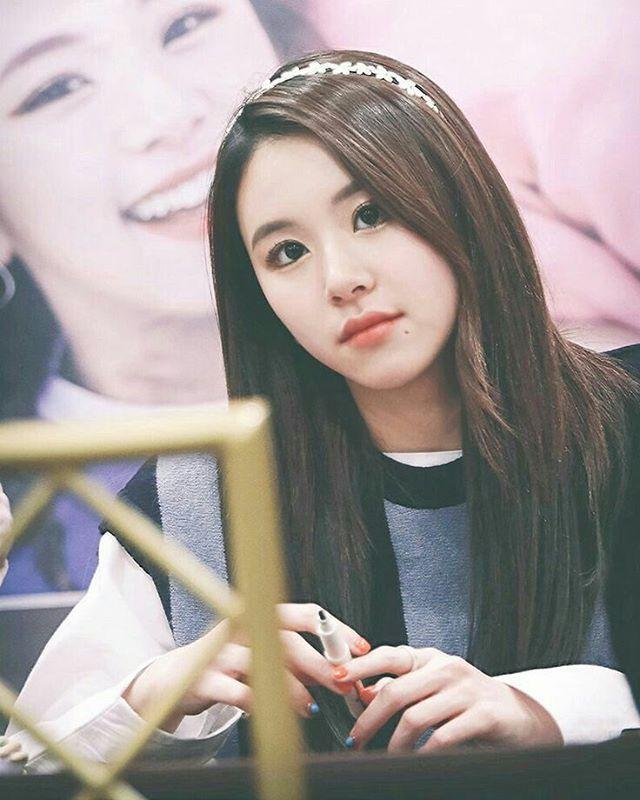 Chaengie she is cute even her nails are pretty #twice #트와이스 #once #jyp #jypentertainment #tzuyu #쯔위 #chaeyoung #채영 #dahyun #다현 #nayeon #나연 #jihyo #지효 #sana #사나 #jungyeon #정연 #momo #모모 #mina #미나 #kpopidol #kpopf4f #kpopl4l #kpop