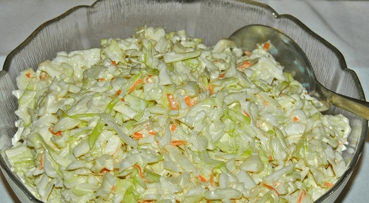 Tento salát je vynikající a já ho používám jako univerzální přílohu. Pokud například chystáte o víkendu rodinnou grilovačku, tato pochoutka u vás nemůže chybět. Co budeme potřebovat: 1/2 hlávku bílého zelí 1 ks mrkve 1 malou cibulku 200 g majonézy 40 ml vinného octa 1 lžíci citrónové šťávy 2 lžíce krystalového cukru 1 lžičku soli …