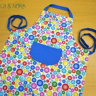 Delantal Botones, con bolsillo central y tira regulable... Disponible en nuestra tienda online www.nicaynora.com