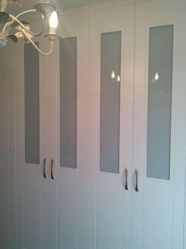 armario empotrado blanco y gris con puertas abatibles
