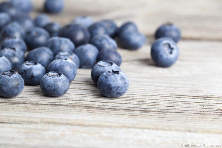 Myrtille : conseils d'achat et recettes - Oh, la belle bleue ! Fruit d'été discret, la myrtille est toujours restée sauvage. Mais sa cousine États-unienne, le bleuet, a débarqué en France. Explications et conseils.