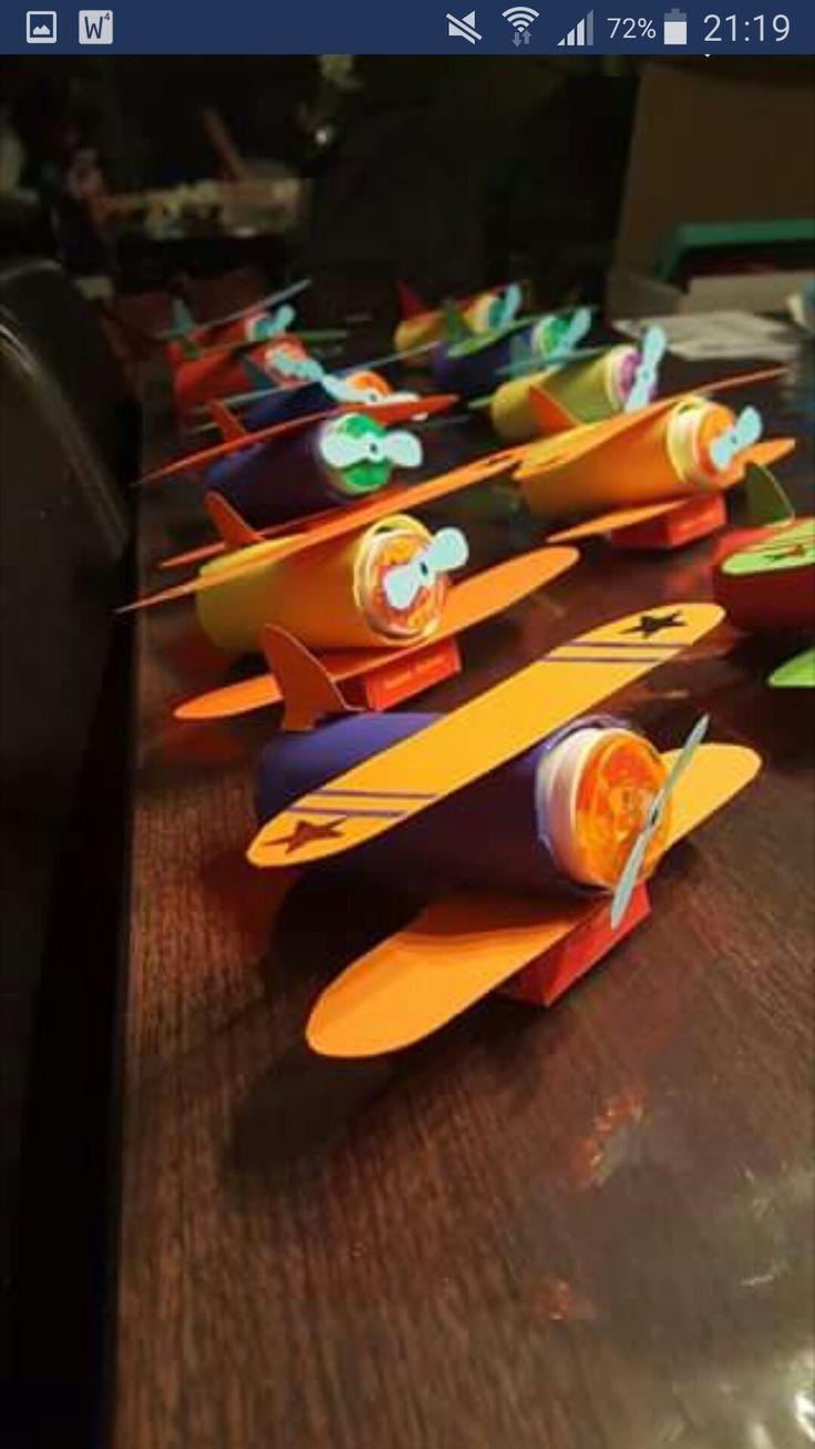 Vliegtuig van bellenblaas en doosje rozijntjes