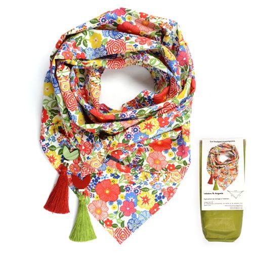 Découvrez les foulards à pompons !!! Un joli coupon de tissu, des pompons assortis, quelques perles et voici l'accessoire idéal pour vos fraîches soirées d'été !!! #ladroguerie #tissu #couture