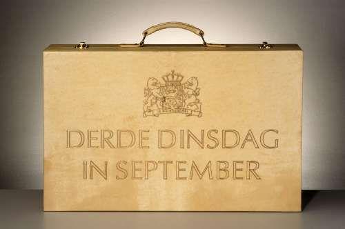 Prinsjesdag.    De derde dinsdag van september is het Prinsjesdag. H.M. de Koningin rijdt op deze dag in de Gouden Koets naar het Binnenhof in Den Haag en leest in de Ridderzaal de Troonrede voor. In de Troonrede staan de belangrijkste plannen van de regering voor het komende jaar.     De minister van Financiën overhandigt de Miljoenennota en de rijksbegroting aan de voorzitter van de Tweede Kamer.
