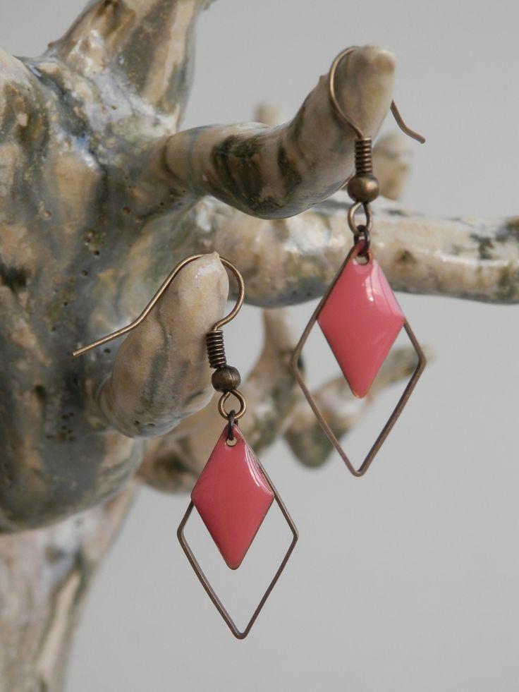 Boucles d'oreilles petit anneau bronze et sequin émaillé rose corail forme losange : Boucles d'oreille par motus-et-bouche-cousue