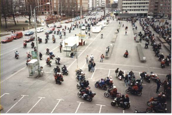 Moottoripyöräilijät avaavat kesäkauden 1995 | Alpumit