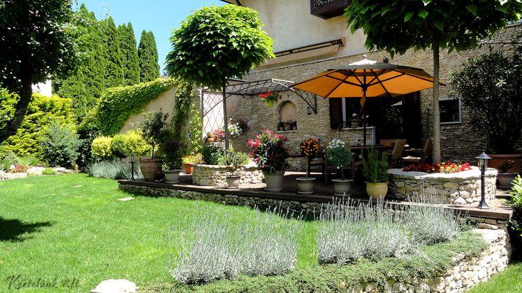 A mediterrán kertek egyik alapnövénye a képen is látható levendula. Nemcsak szép, de kellemes, nyugtató hatású teát is készíthetünk belőle.