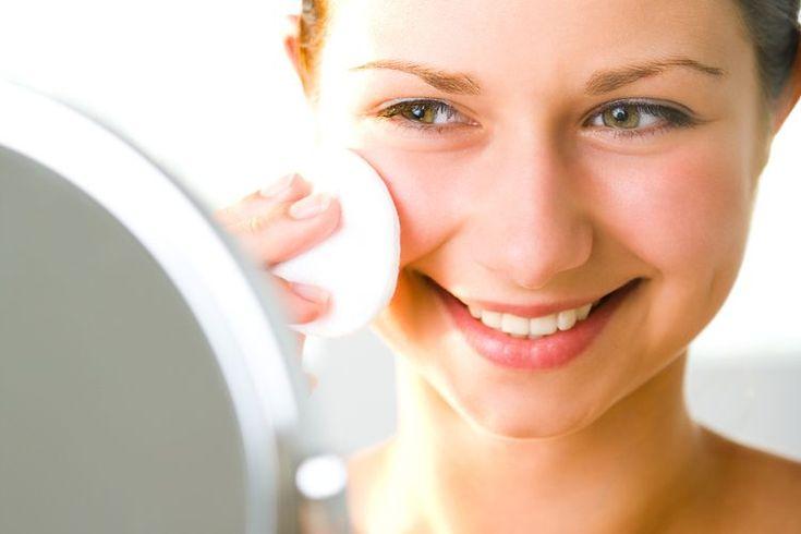 Cómo aplicar aceite de jojoba sobre la piel del rostro. El aceite de jojoba en realidad no es un aceite, sino un tipo de cera líquida. La substancia es muy similar al aceite sobre la piel humana, también llamada cebo. Puede parecer contradictorio aplicar aceite sobre tu rostro, ...