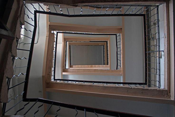Необычная лестница в доходном доме необычной формы неизвестного года постройки неизвестного архитектора. Садовая ул., д. 65