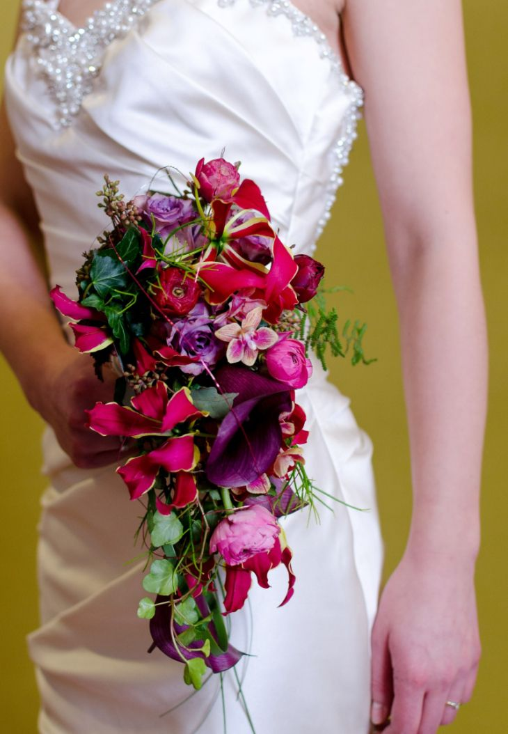 Maison de la Fleur aus Göttingen kreiert wundervolle Brautsträuße, wie auch diesen farbenfrohen Wasserfall.