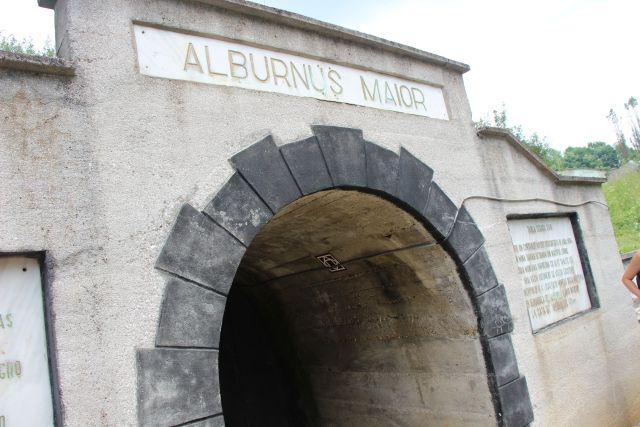 Am fost şi noi la Roşia Montană, cea mai veche localitate din România, atestată documentar. Romanii au săpat, aici, kilometri de galerii în căutarea aurului care a asigurat mult timp prosperitatea imperiului. O excursie în galeriile roşietice ale minei Alburnus Maior e nu doar un drum insolit prin labirintul rece, dar şi o incursiune în istoria noastră.