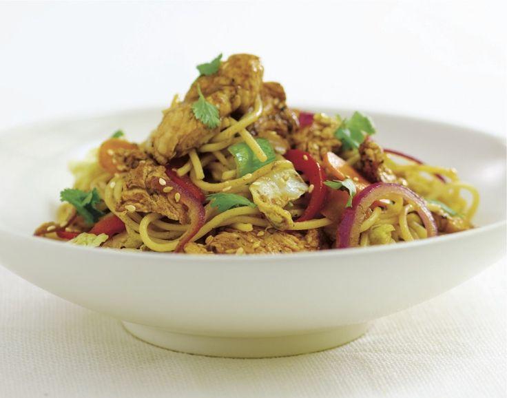 Wok de poulet caramélisé, nouilles sautées aux légumes et cacahuètes grillées