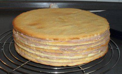 Das perfekte Prinzregententorte Schichtkuchen mit Buttercreme-Rezept mit Bild und einfacher Schritt-für-Schritt-Anleitung: Die Butter schaumig rühren und…