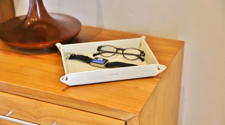 Très pratiques et décoratifs, les vide-poches Lucrin sont réalisés en cuir naturel. N'égarez plus vos effets personnels, grâce au vide-poche en cuir de Lucrin! Personnalisé avec une gravure, cet accessoire de rangement peut être fabriqué pour plaire à tous les goûts.