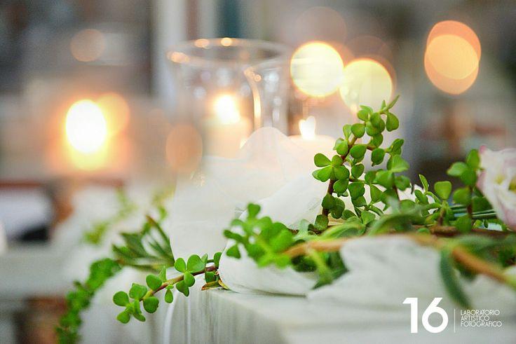 Sposarsi all'isola d'Elba - Getting married in Elba Island - Toscana - Tuscany -  Italy -  Chiesa di Sant'Ilario - Un particolare dell'allestimento floreale della Chiesa di Sant'Ilario. Un gioco di luci e di colori. Wedding Planner Rossella Celebrini  #allestimentofloreale #decorazioni #decoration #flowerdesigner #peperosa #fiori #fiorimatrimonio #luci #allestimento #floraldecoration #tema #leitmotif #tema #theme #matrimonio #weddingplanner #elba #isola #tuscany  Ph. Paolo Maitre Libertini