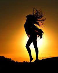 Скачать фото силуэт девушка на закате