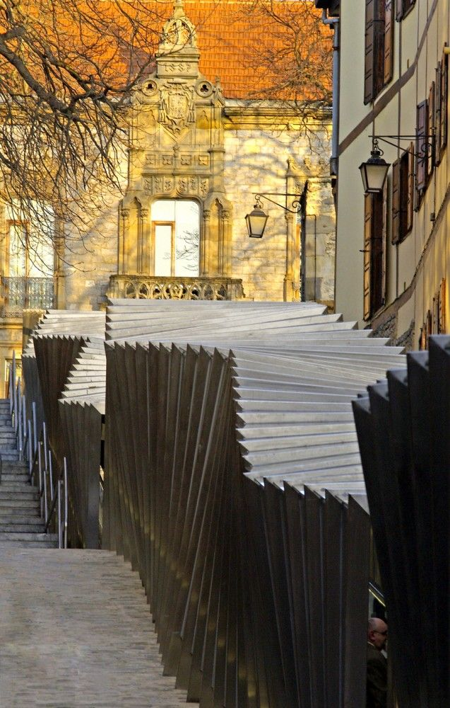 Electric Ramps At The Old Centre / Roberto Ercilla + Miguel Angel Campo