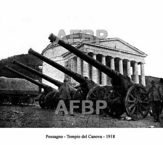 Armamenti bellici sul piazzale del Tempio del Canova a Possagno
