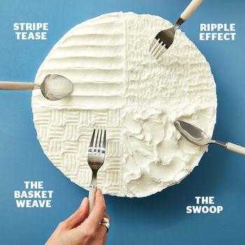 スプーンやフォークなど、どこのご家庭にもある身近なカトラリーは、クリームの表面にちょっとした模様を描くのにも重宝します。生クリームの場合は溶けやすいので少し難しいですが、ガナッシュやバタークリームを使ったケーキなら、色々な模様を工夫してみても楽しいですね。