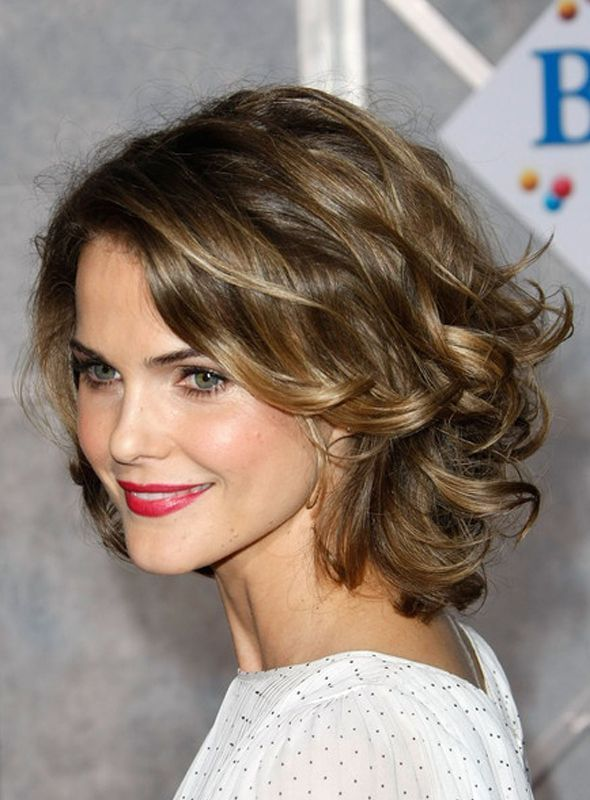 Si tienes el cabello corto, una excelente opción es dejarlo suelto, con volumen y con ondas.
