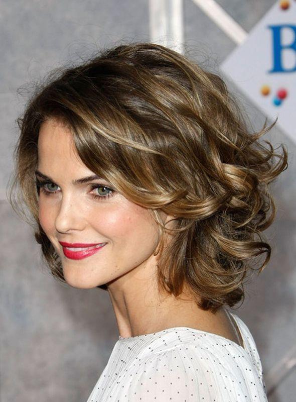 Si tienes el cabello corto, una excelente opción es dejarlo suelto, con  volumen y