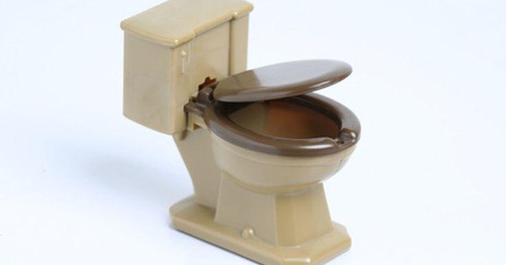 Como desentupir um banheiro sem desentupidor. Um banheiro entupido pode fazer a água da descarga entornar pelo vaso sanitário e, em seguida, demorar muito para escoar, isso se escoar. Entupimento de sanitários geralmente ocorrem devido ao excesso de papel higiênico no vaso ou quando os brinquedos das crianças caem e ficam presos, de acordo com o site ServiceMagic.com. Não há necessidade de ...
