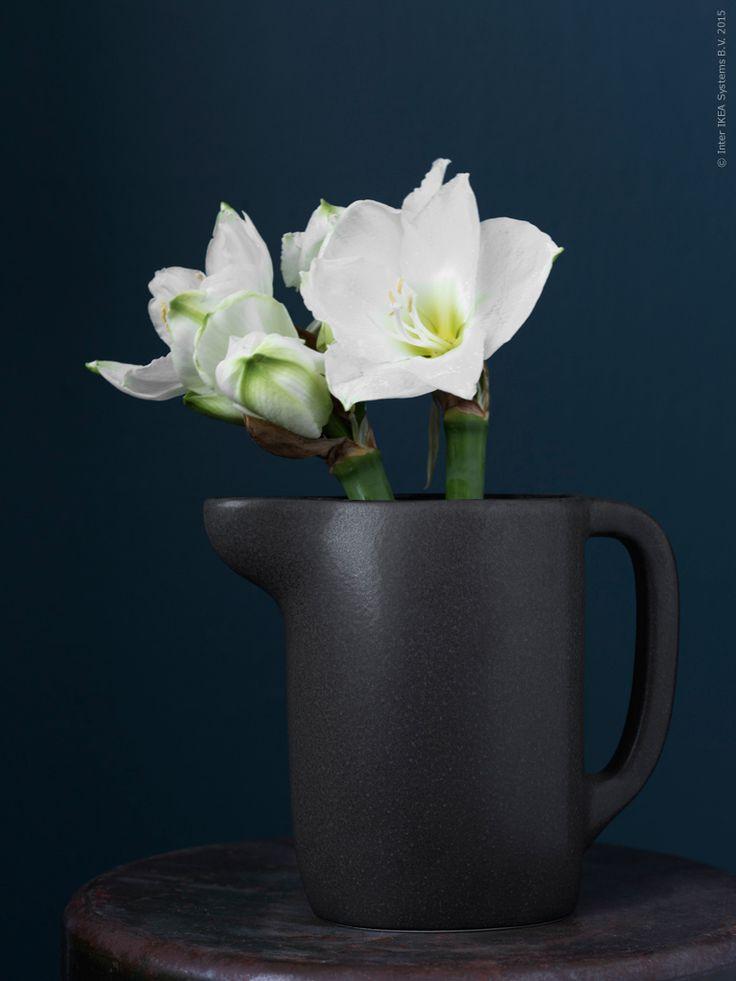 SINNERLIG bringare, med julens vackraste blommor, vita snittamaryllis. En av ikonprodukterna i kollektionen SINNERLIG, design Ilse Crawford, är den självklara och användbara tillbringarna med sitt organiska formspråk och fina materialkänsla.