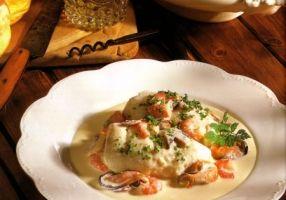 Sole normande - Authentique recette nommée pour la première fois dans l'ouvrage du grand chef français Antonin Carême « L'Art de la cuisine française au XIXe siècle », publié en 1835, cette étuvée de poisson à la crème faite avec du cidre au lieu du vin.