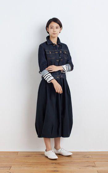 バルーンシルエットのロングスカートは、ふんわり優しいママの印象に。ショート丈のアウターで上半身はコンパクトにまとめるとコーディネートのバランスが取りやすいですよ。