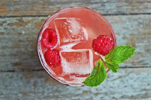 Here's a refreshing drink for those hot summer days. Presenting: The Raspberry Mint Bourbon Lemonade. https://twitter.com/Distilld
