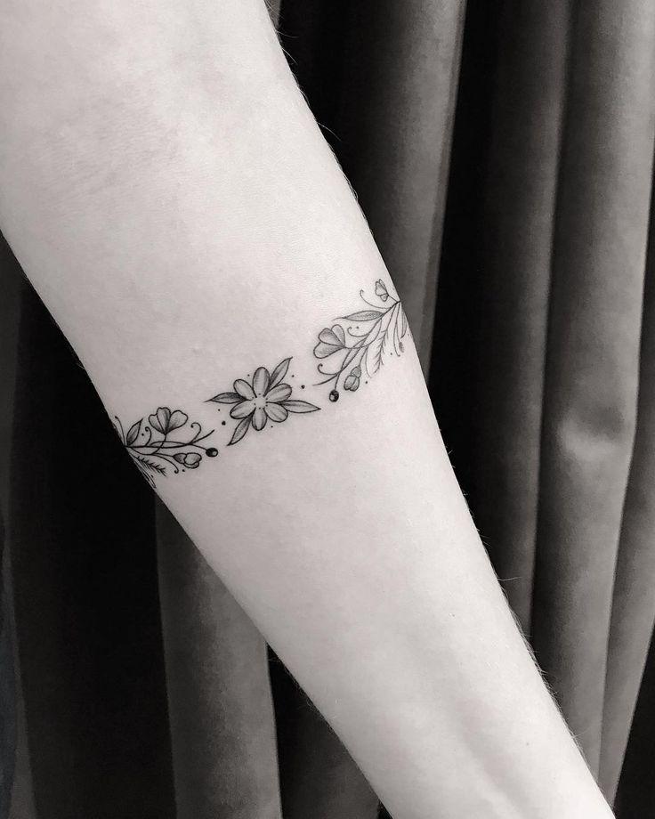 Tatuagem feita por Pink Becker de São Paulo.    Bracelete de flores no braço.