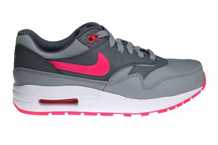 Prachtige Nike Air Max 1 voor meisjes en dames. De kleuren grijs met roze en wit geven deze schoenen een hele aparte- en leuke look.