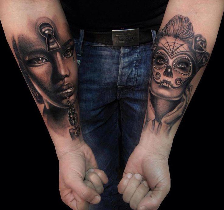 Tatuagem de rosto na parte interna do braço