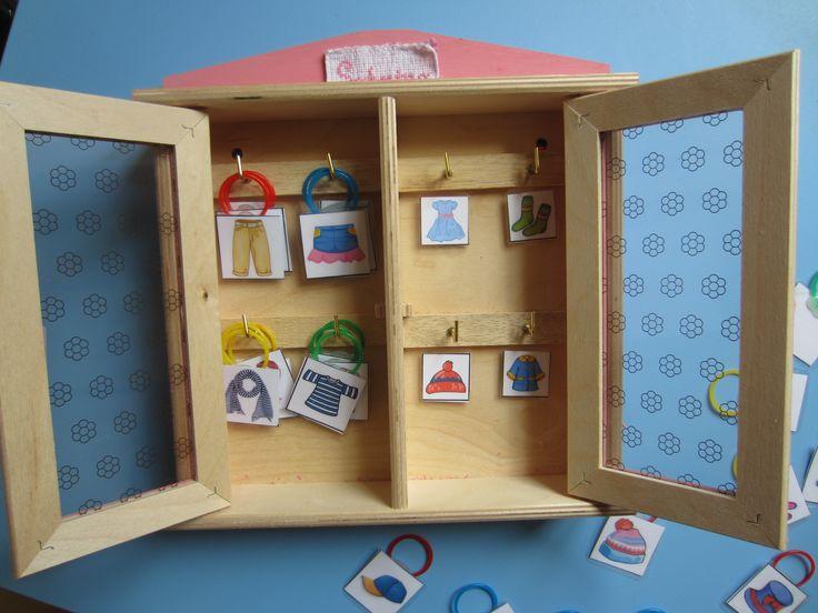 Ogni cosa al suo posto nell'armadio: appendere ad ogni gancio gli indumenti corrispondenti. Obiettivi: sviluppare la manualità fine, riconoscere e suddividere gli oggetti per categorie.