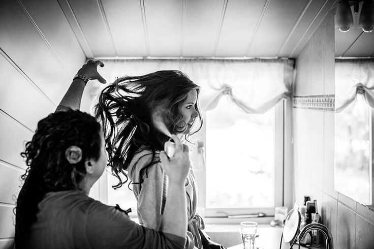 Bruid bij de kapster voor huwelijk #bruidsfotograaf #bruidsfotografie Dario Endara