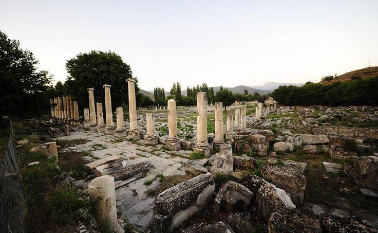 Aydın'ın Karacasu ilçesinde bulunan, adını aşk ve güzellik tanrıçası Afrodit'ten alan Afrodisyas Antik Kenti, gündüz olduğu kadar gece de fotoğraf tutkunlarının uğrak mekanı oluyor.  Roma İmparatorluğu dönemine ait antik kent, UNESCO Dünya Kültür Miras Listesi'nde bulunması ve iyi korunmuş anıt yapıları ile dikkati çekiyor.