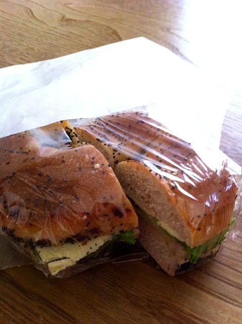 おはようお弁当。今日はブラックポピーシード。 - 1件のもぐもぐ - ベーグルサンド(ロースハム、チーズ、ロメインレタス、オリーブオイル) by Hitomi FURUKAWA