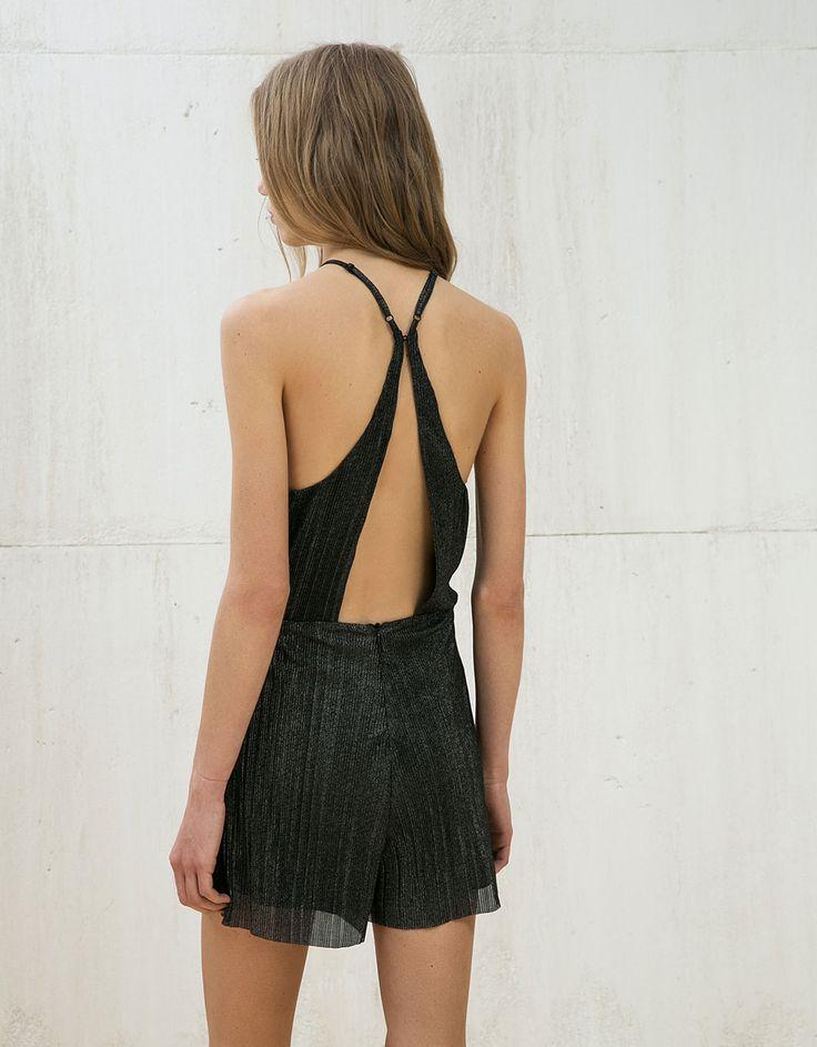 Krótki plisowany kombinezon z dekoltem typu halter.  Odkryj to i wiele innych ubrań w Bershka w cotygodniowych nowościach