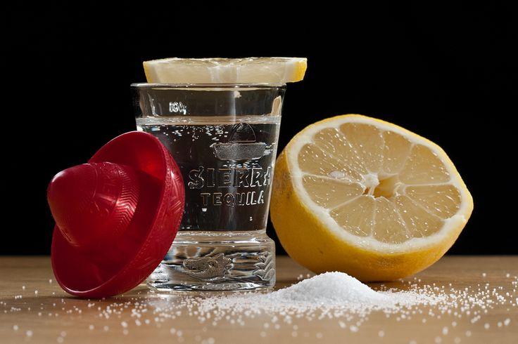 Сложно поверить, но это факт - текила бывает полезной. Этот алкогольный напиток имеет ряд удивительных преимуществ для здоровья. Однако стоит употреблять его в ограниченном количестве. Так чем же именно полезна текила? 1. Может помочь потерять вес.  Сумасшествие, правда? Ведь существует общепринятое правило: хотите похудеть - не пейте алкоголь. Ведь жидкие калории намного сложнее сбросить. Так что данное правило по-прежнему верно. Но если выпить контролируемое количество текилы, то из этого…