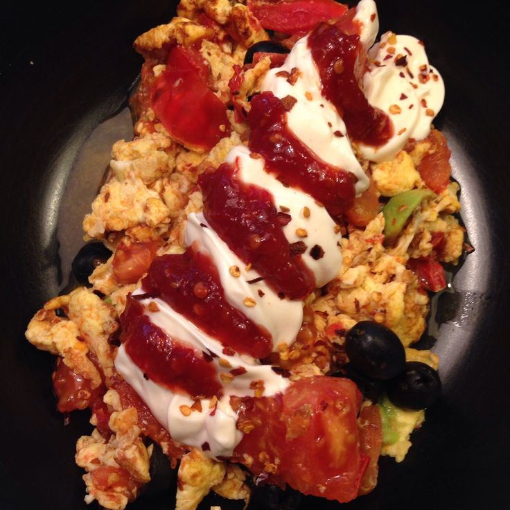 Munakkaasta tuli pannukakku. #munakas #tomaatti #avokado #oliivi #aioli #sambaloelek #chili | © Satuhetki
