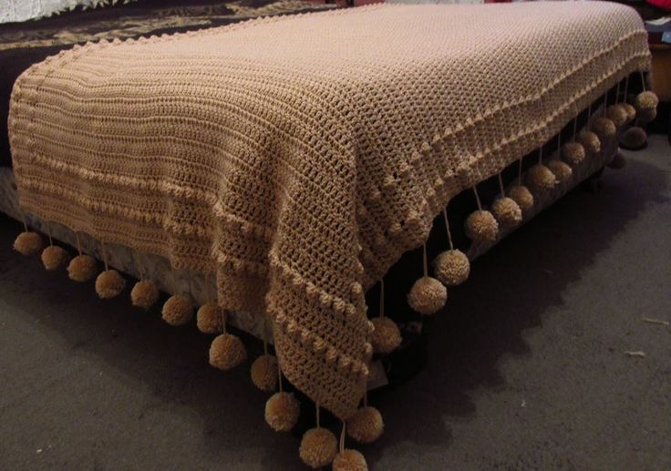 Pie de cama al crochet con pompones. Medidas 1.50 x 2.50
