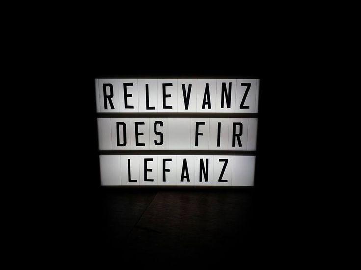 """Lichtbox Spruch: """"Relevanz des Firlefanz"""""""