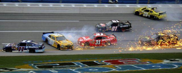 Dünyanın en tehlikeli yarışlarından Nascar'a yine kazalar damgasını vurdu.
