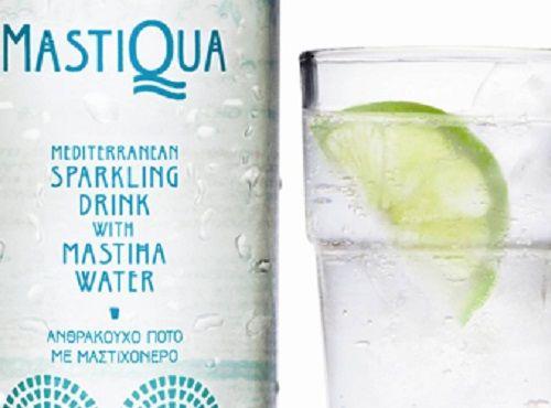 Σε χαμηλό ποτήρι προσθέτουμε το σιρόπι ζάχαρης με το φρεσκοστυμμένο λεμόνι και…