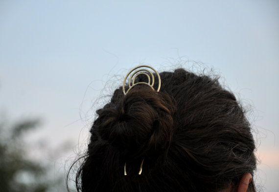 Geometrie-Haarnadel aus Messing.  Dieser Artikel ist voll Hadcrafted. Dreifach Bogen ist aus dickem Messingdraht gebildet. Es ist zusammen mit Haar-Gabel mit Silberlegierung verlötet, gehämmert, texturiert und sanft poliert. Die Haar-Sticks sind gehärtet, so dass sie perfekt für langes Haar funktionieren.  Diese Haarnadel soll als Gabel Haar oder Haare kämmen verwendet werden. Die Haarnadel misst 5(13 cm), die Länge der Stöcke ist 4 (10 cm).  Dieser Artikel ist auf Lager und kann innerhalb…