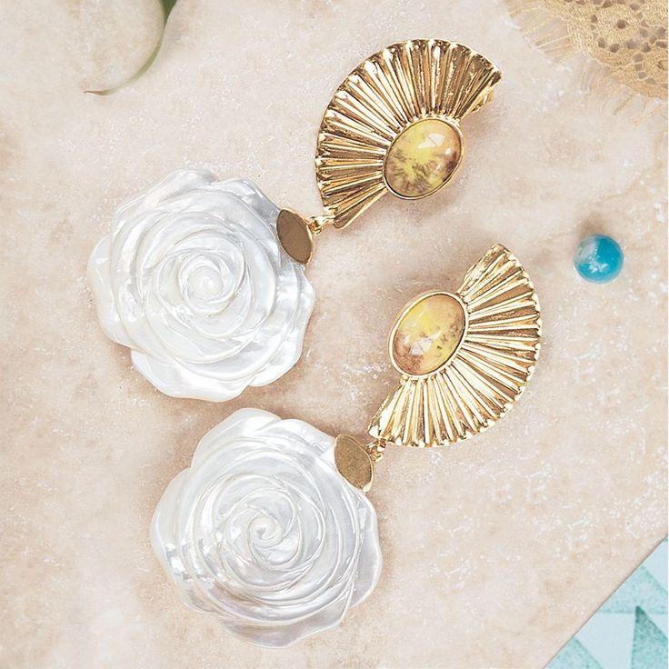 Summer is here! Time to sparkle with our luxury gold earrings / ¡El verano está aquí! Es hora de brillar con nuestros pendientes de oro… #SendaNellyRojas #EsenciaCarmesi #jewelry #SendaSummer