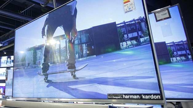 LG:n älytelevisio myymälässä. Eteläkorealainen LG on yksi valmistajista, jotka pitävät vielä kiinni omasta käyttöjärjestelmästään.