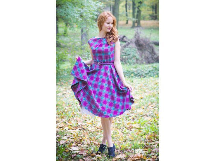 CHANTE retro šaty kostka fialová - více barev. rafinovaný skládaný výstřih přinechaný rukávek kolová sukně koženkový pásek s ozdobnou sponou délka sukně 60 cm, zip na boku knoflíčky na zádech
