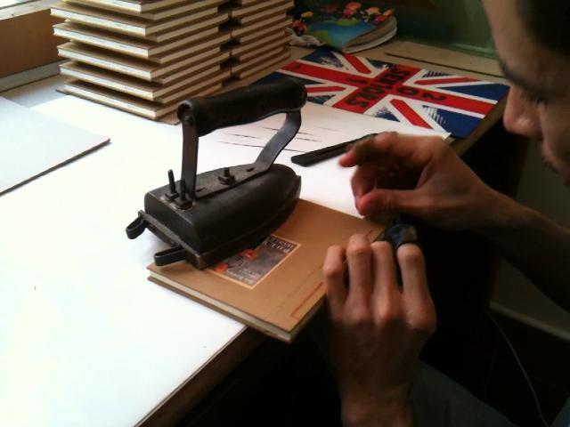 Así cosen los Poemas Ilustrados by Tragaluzeditores. Este es uno de los procesos que distinguen nuestros libros. El cosido a mano de la colección Poemas Ilustrados hace parte del sello Tragaluz.