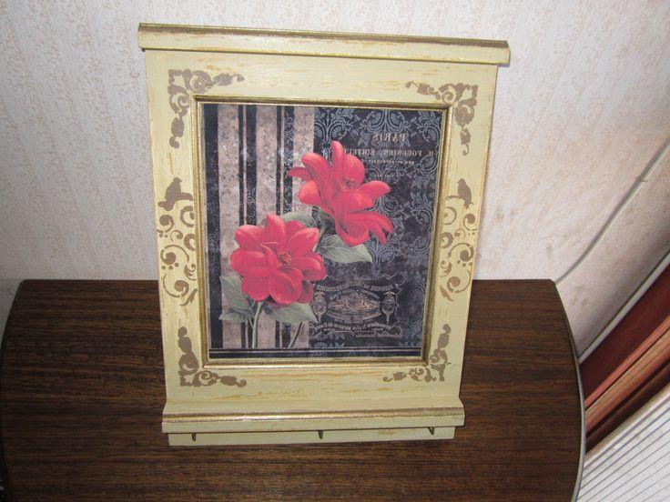 Porta llaves cuadro diseño flores, tono blanco tostado y ocre en decape, con aplicación en dibujo realizado con estencil en tono dorado.  VALOR $8.500
